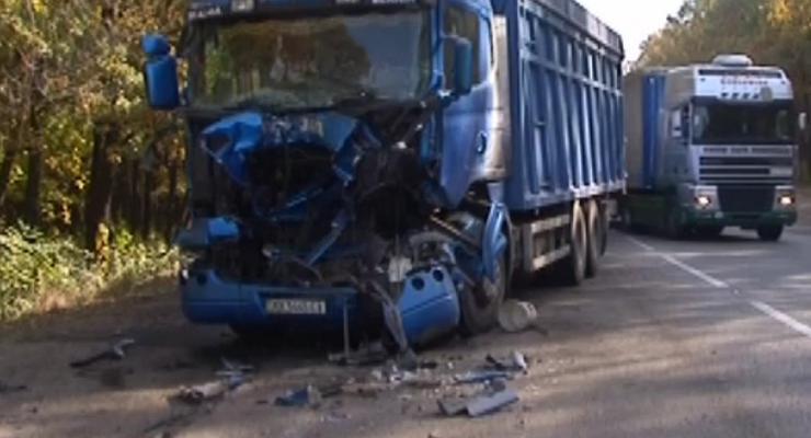Под Харьковом грузовик врезался в танковый тягач, пострадал водитель
