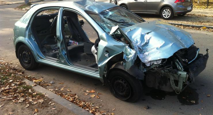 В Киеве попавший в аварию автомобиль разобрали на запчасти (фото)