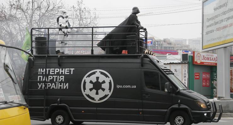 Выборы в Раду 2014: кандидат агитирует с крыши Мерседеса, размахивая мечом (фото)