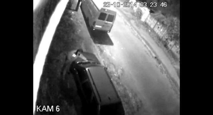 В Киеве милиционер украл дворники с авто (видео)