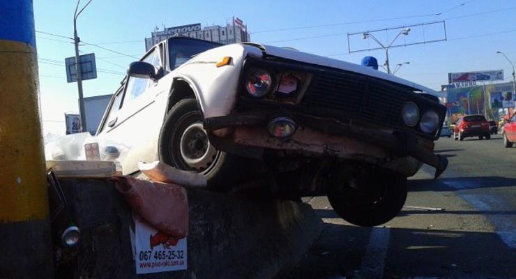 В Киеве Жигули после аварии повисли на отбойнике (фото)