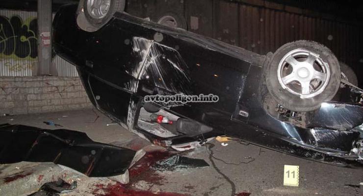 В Киеве на бульваре Лепсе перевернулся ВАЗ: водитель погиб
