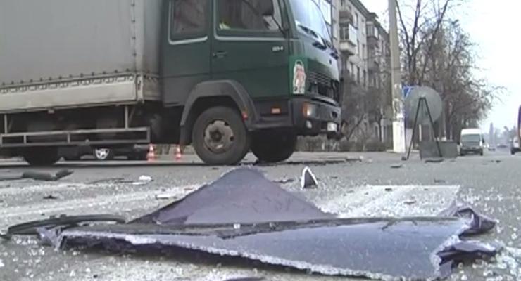 В Киеве авария: внедорожник отбросил Matiz под грузовик (видео)