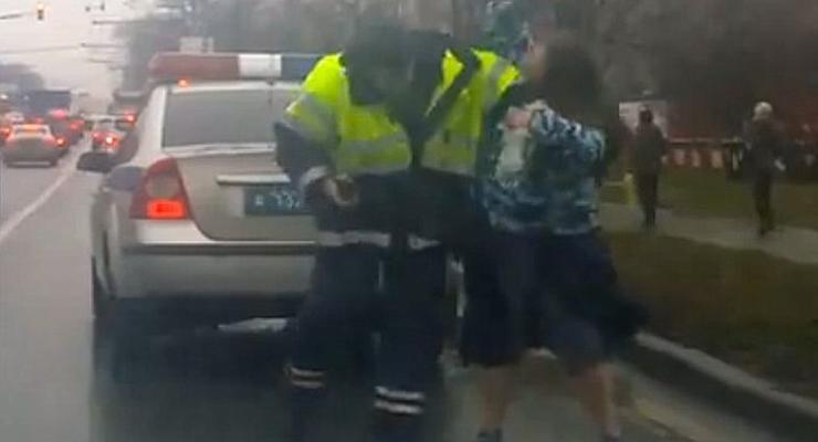В Москве женщина избила сотрудника ГАИ (видео)