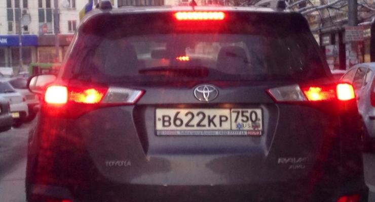 Опасаются? В Киеве россиянин закрасил триколор на номерном знаке (фото)