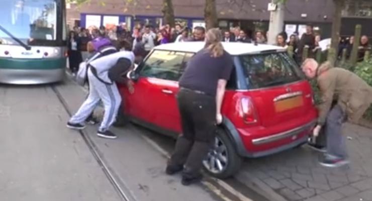 Мастер парковки: британка оставила Мини на трамвайных рельсах (видео)