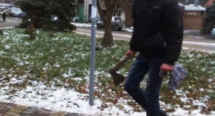 В России мужчина с топором кидался на машины и людей (видео)