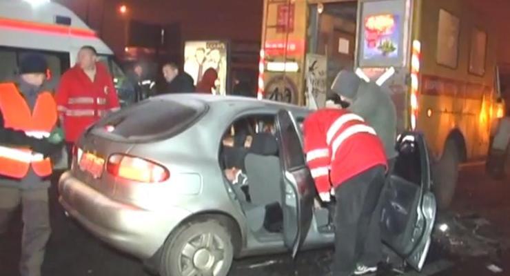 В столице Дэу врезался в машину коммунальщиков: есть раненые
