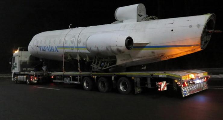 По киевским улицам вновь провезли самолет (видео)