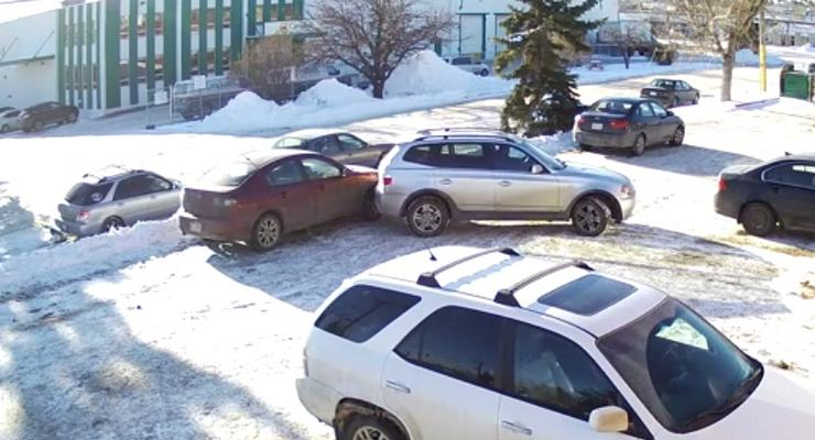 """""""Худший водитель Калгари"""" - выезжая с полупустой парковки мужчина повредил несколько авто (видео)"""