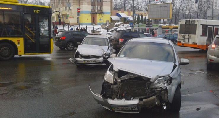 В Киеве столкнулись 3 машины, образовались пробки