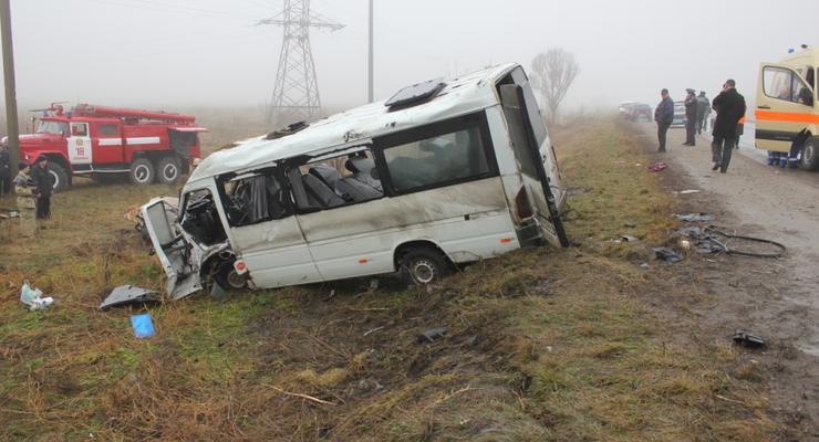 Под Запорожьем в ДТП погибли люди, ехавшие из зоны АТО за пенсиями (фото)