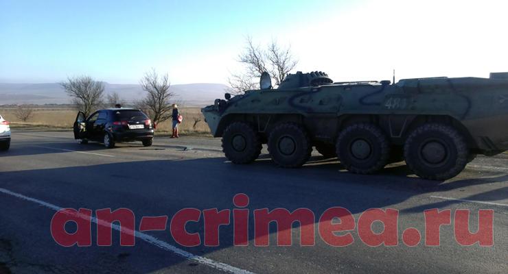 В Крыму БТР протаранил легковой автомобиль (видео)