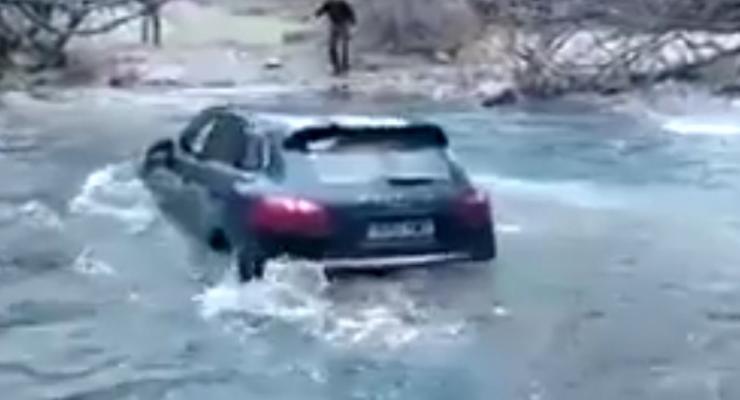 Водитель утопил Porsche Cayenne, переоценив его возможности (видео)
