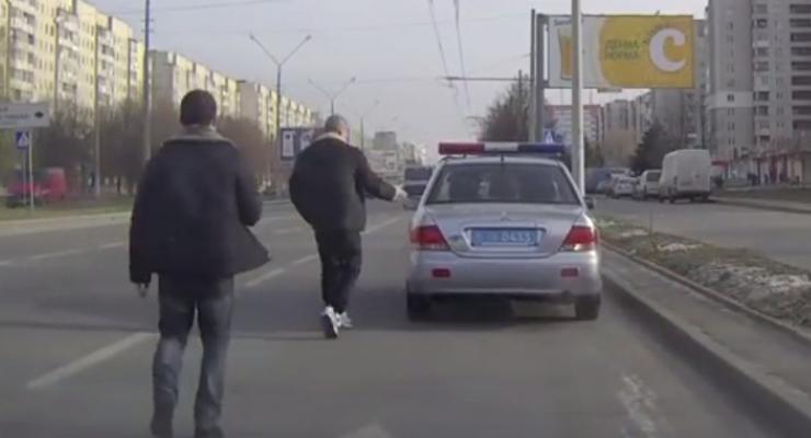 Львовские гаишники сбежали от журналистов, попавшись на взятке (видео)
