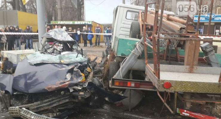 В Днепропетровске грузовик протаранил три машины, есть жертвы (фото)