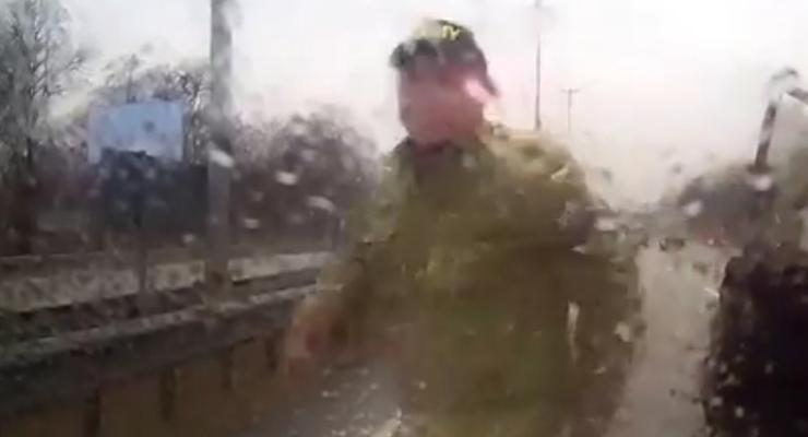 """Под Киевом бойцы в форме """"Айдара"""" избили водителя (видео)"""
