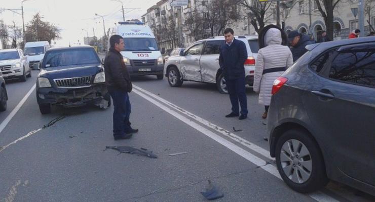 В Киеве столкнулись сразу четыре машины, есть раненые (фото)