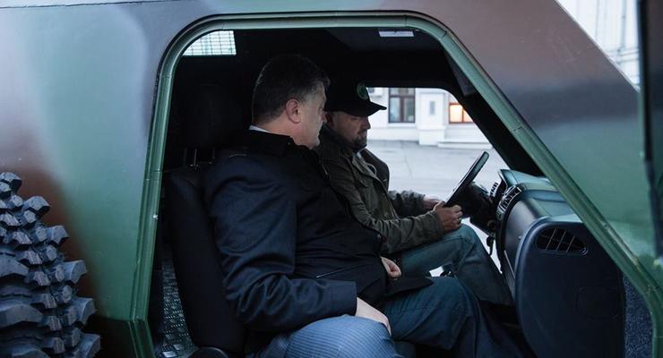 Петр Порошенко опробовал новый бронеавтомобиль Барс (фото)