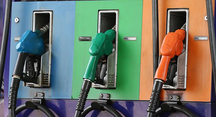 В регионах немного упала цена бензина