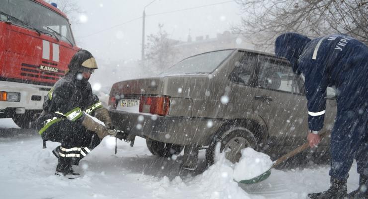 За сутки спасатели вызволили из снега более шести тысяч машин