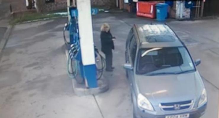 Девушка с пятой попытки заправила автомобиль (видео)