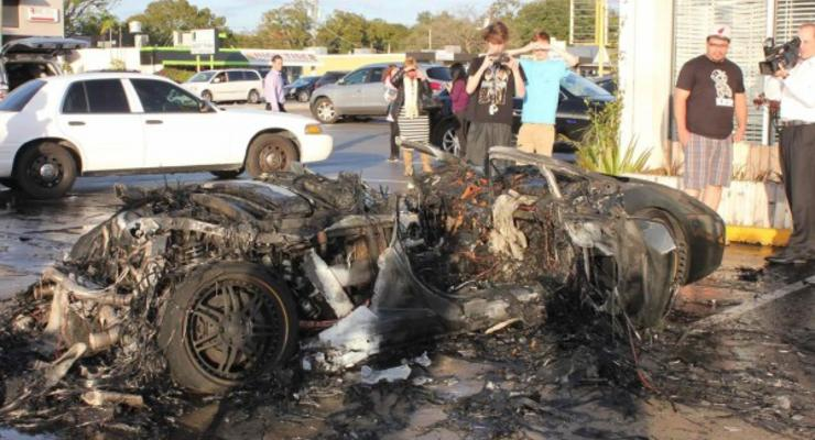 Во Флориде огонь полностью уничтожил суперкар (видео)