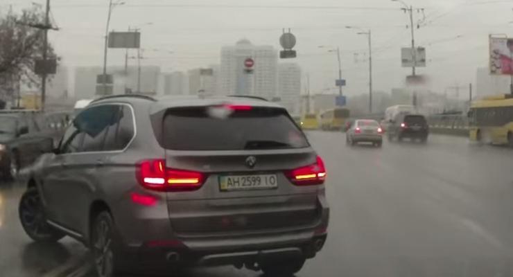 В Киеве ищут водителя BMW, который разворачивался через двойную сплошную