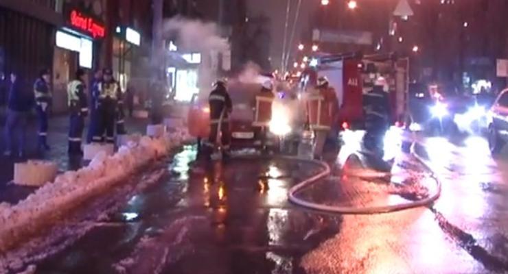 В Киеве Форд вспыхнул во время движения (видео)