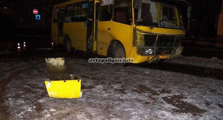 В Киеве маршрутка разбила Ланос об стену (фото)