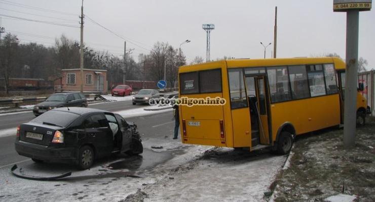 В Киеве Skoda Octavia столкнулась с маршруткой (фото)