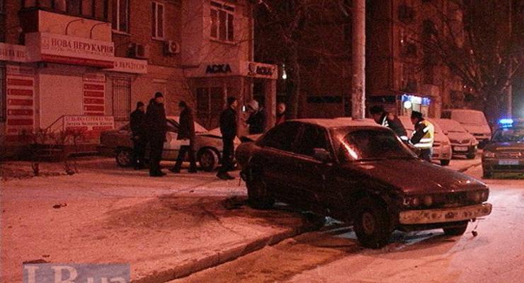 В Киеве BMW вылетел на тротуар, разбив две машины (фото)