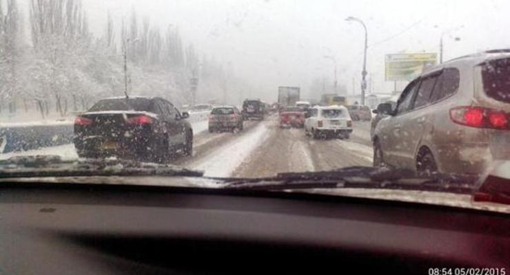 Снегопад в Киеве: гаишники насчитали десятки аварий