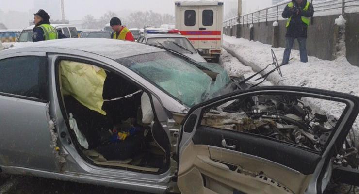 Смертельная авария парализовала движение через мост Метро в Киеве