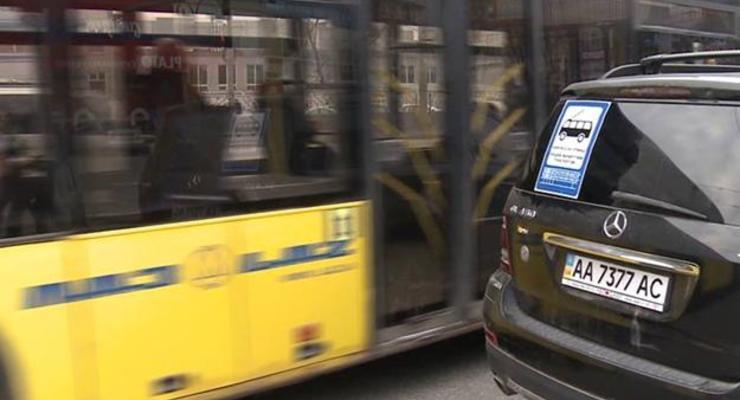 В Киеве неправильно припаркованным авто заклеили лобовые стекла (фото)