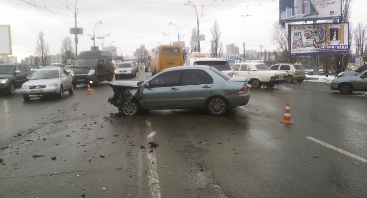 В Киеве на Воздухофлотском проспекте серьезная авария, образовалась пробка (фото)