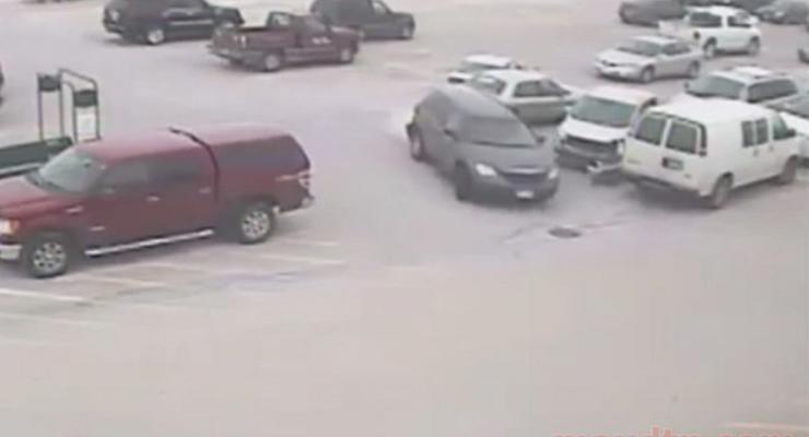 92-летний водитель протаранил 9 машин в США (видео)