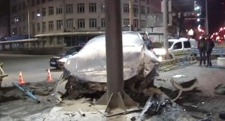 В Киеве Лада влетела в билборд на высоте двух метров (видео)