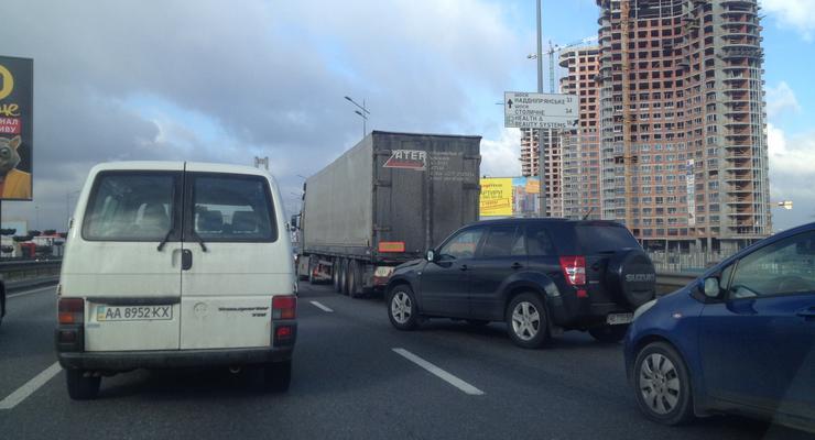На Южном мосту Киева образовалась пробка из-за аварии