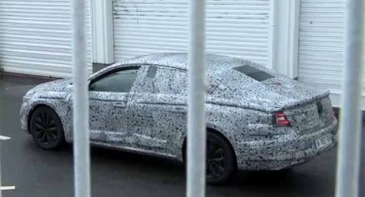 Новое поколение Renault Laguna впервые заметили на тестах (фото)