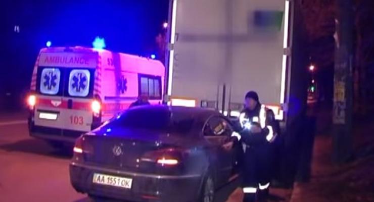 Ночью в Киеве Volkswagen влетел под фуру, есть раненые (видео)
