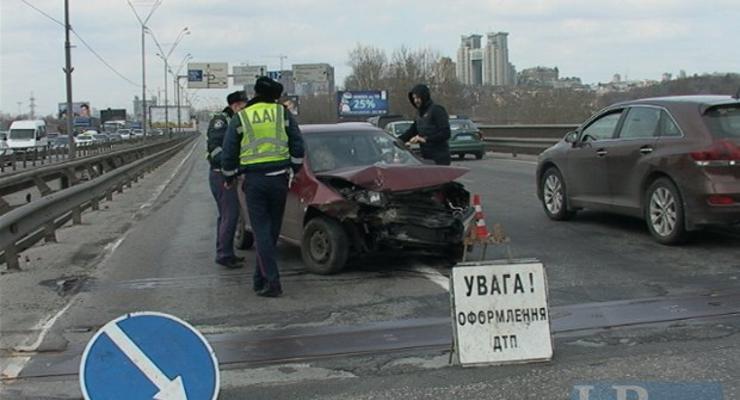 Южный мост в Киеве остановился из-за аварии (видео)