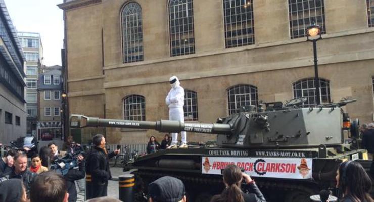 Скандал в Top Gear: К BBC поддержать Кларксона приехала бронетехника