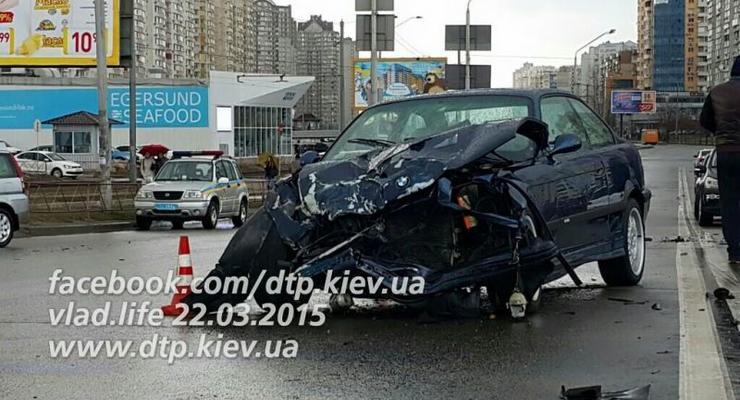 В Киеве на Позняках лоб в лоб столкнулись BMW и Volkswagen Tiguan (фото)