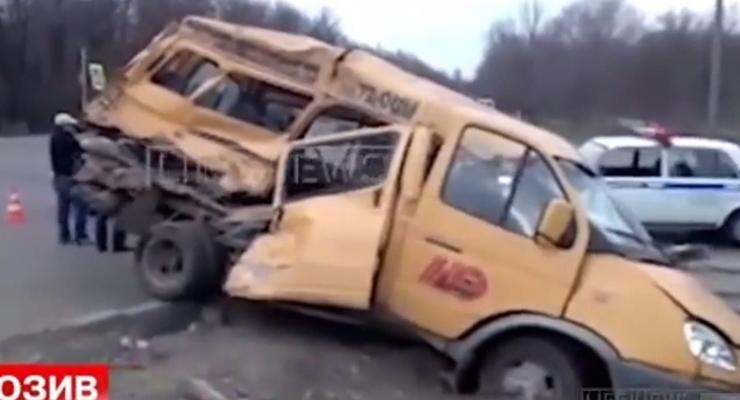 Два грузовика российского гумконвоя столкнулись с маршруткой, есть раненые (видео)