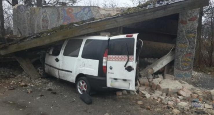 На Львовщине Fiat влетел в остановку: пять жертв