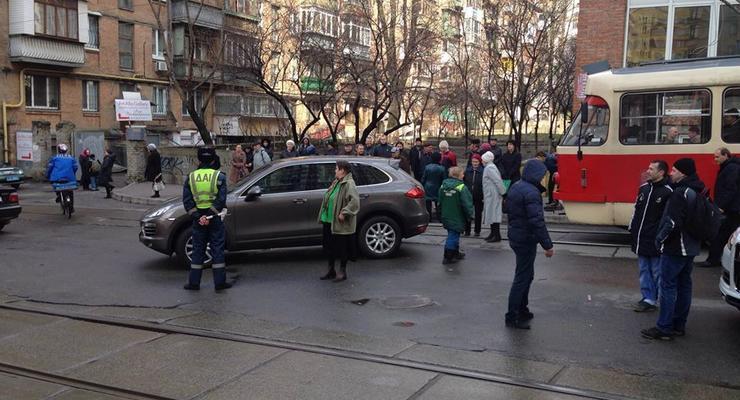 В Киеве Porsche Cayenne припарковали на путях трамваев (фото)