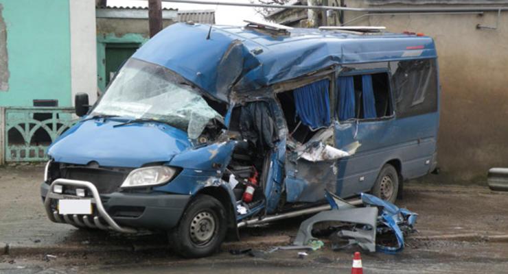 На Николаевщине в столкновении грузовика и автобуса пострадали восемь человек (фото)