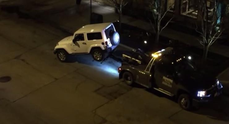 Автовладелец на Jeep сбежал с эвакуатора (видео)
