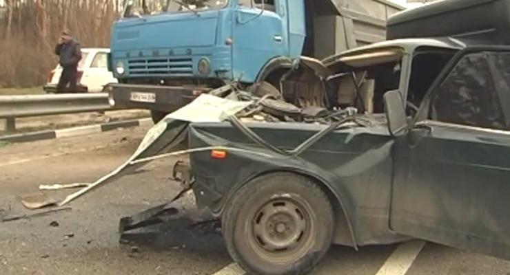 В Киеве легковушка разбилась о грузовик, есть раненые (видео)